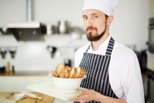 Chef che serve Foto Gratuite