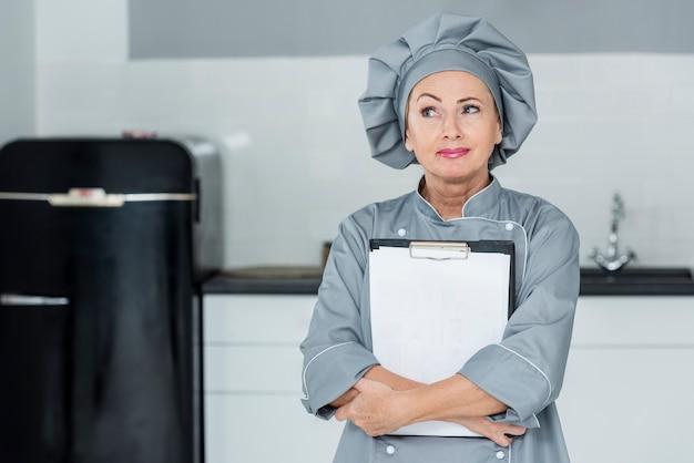Chef di alto angolo in cucina Foto Gratuite