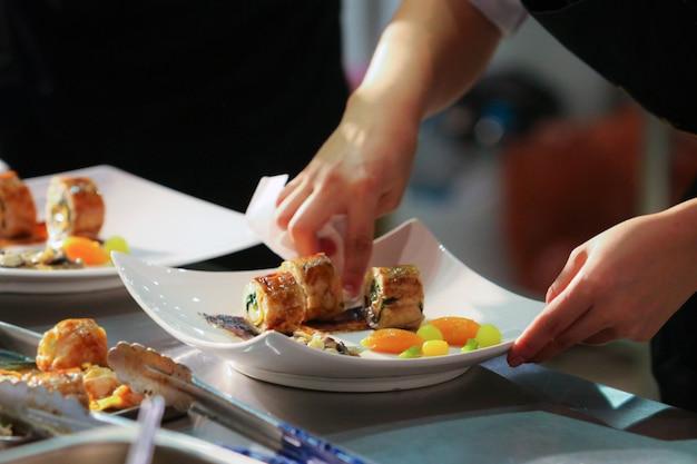 Chef di cucina, chef prepara il cibo, chef piatto di decorazione in cucina Foto Premium