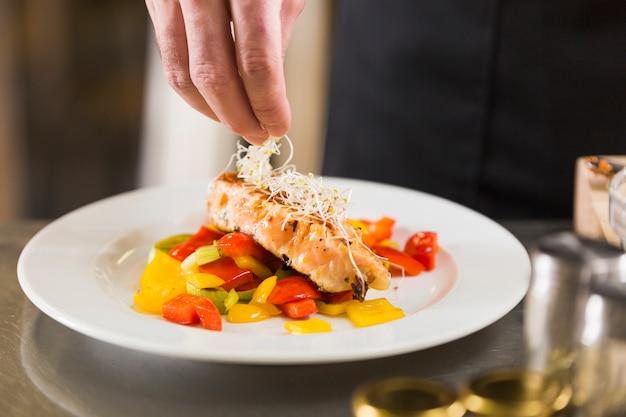 Chef prepara un piatto di cibo sano Foto Gratuite