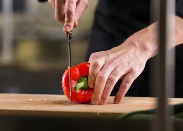 Chef prepara una ricetta Foto Gratuite