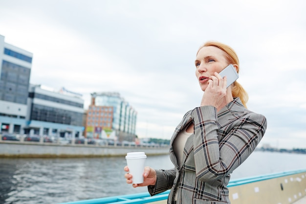 Chiamata durante un viaggio d'affari Foto Gratuite