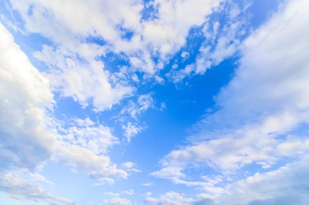 Chiaro cielo azzurro con nuvole Foto Premium