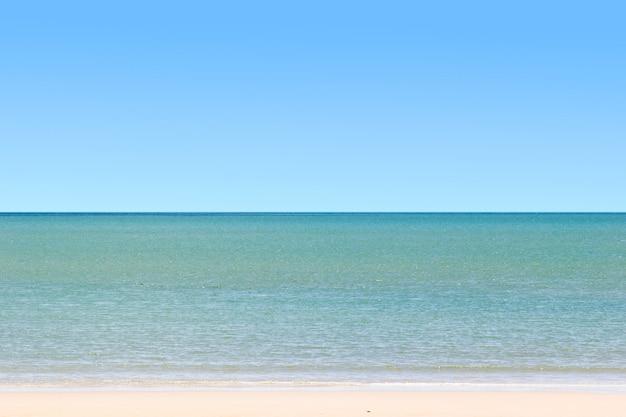 Chiaro cielo blu e mare Foto Premium