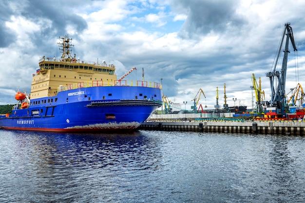 Chiatta sul molo del porto. Foto Premium