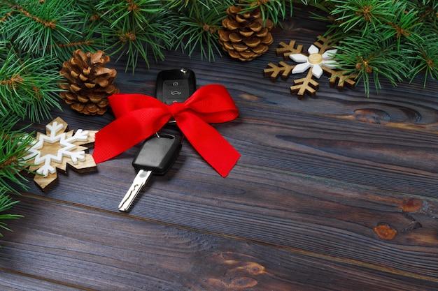 Chiave auto con fiocco colorato su legno Foto Premium