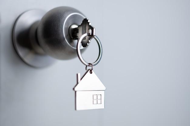 Chiave del primo piano sulla porta, concetto di prestito personale Foto Premium