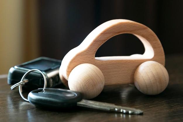 Chiavi della macchina e una macchina di legno. Foto Premium