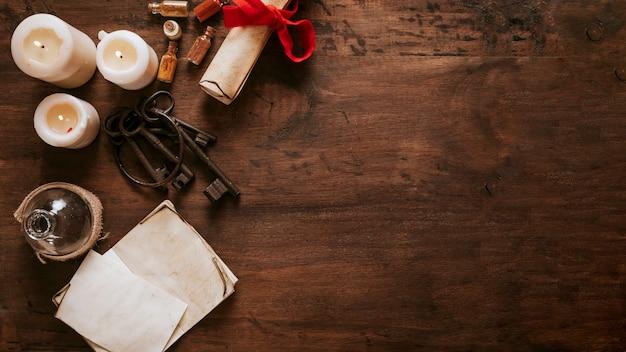 Chiavi e pergamene vicino a candele Foto Gratuite