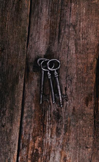 Chiavi rustiche sulla tavola di legno Foto Gratuite