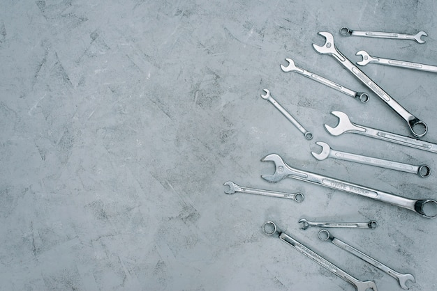 Chiavi. set di chiavi per strumenti di riparazione. serie di chiavi di diverse dimensioni e diametri. disteso. Foto Premium
