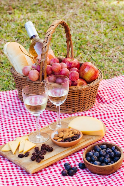 Chicche da picnic ad alto angolo per due con bicchieri di vino Foto Gratuite