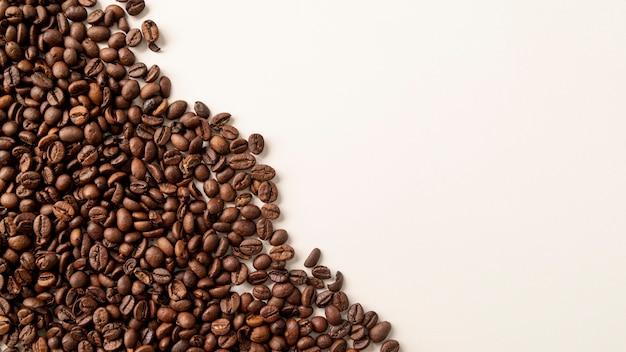 Chicchi di caffè ad angolo sinistro con spazio di copia Foto Gratuite