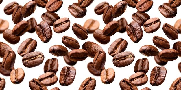 Chicchi di caffè che cadono sullo sfondo Foto Premium