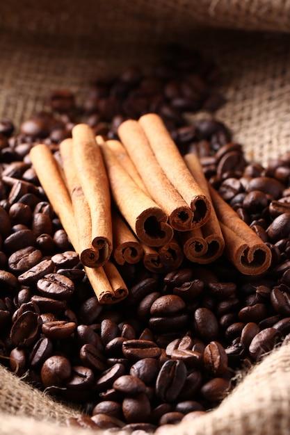 Chicchi di caffè e bastoncini di cannella Foto Gratuite