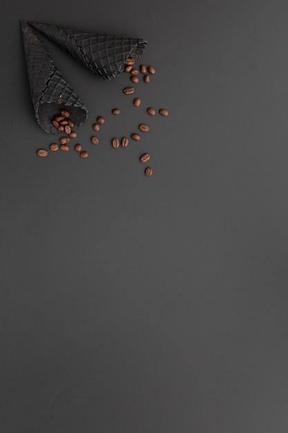 Chicchi di caffè e coni di gelato neri con lo spazio della copia Foto Gratuite
