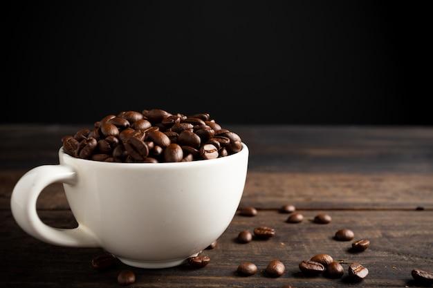 Chicchi di caffè e tazza di caffè. Foto Gratuite