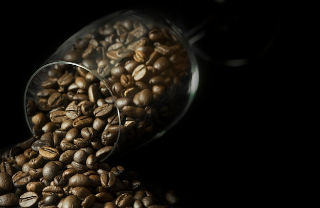Chicchi Di Caffe In Bicchiere Di Vino Su Sfondo Nero Foto Premium