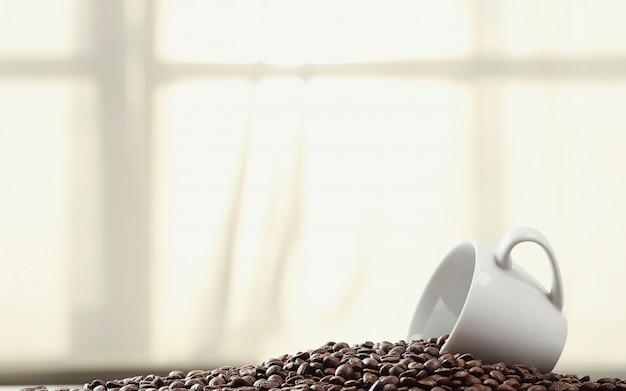 Chicchi di caffè in una tazza Foto Gratuite