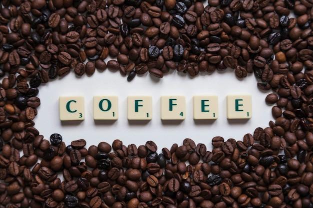 Chicchi di caffè intorno alla scrittura Foto Gratuite