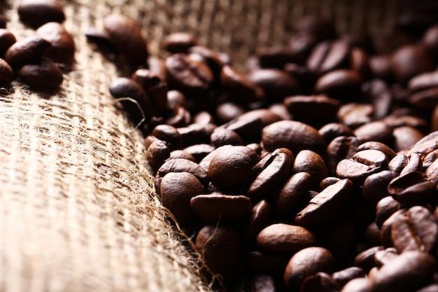 Chicchi di caffè sul sacco di stoffa Foto Gratuite