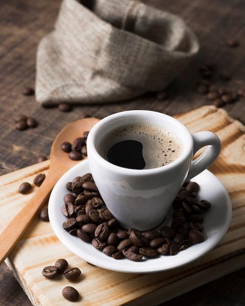 Chicchi di caffè tostati e caffè saporito Foto Gratuite
