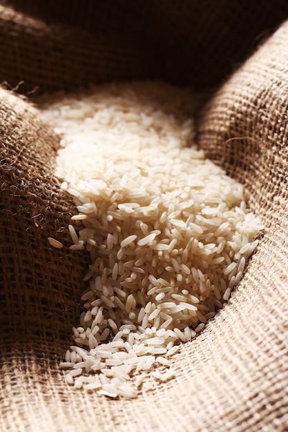 Chicchi di riso bianco su tela di sacco Foto Gratuite