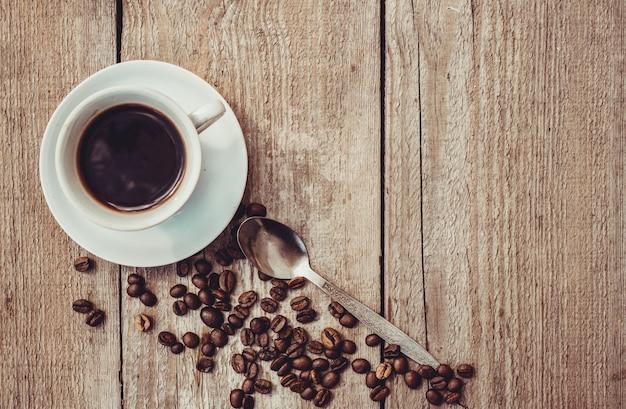 Chicco di caffe. una tazza di caffè. messa a fuoco selettiva. Foto Premium