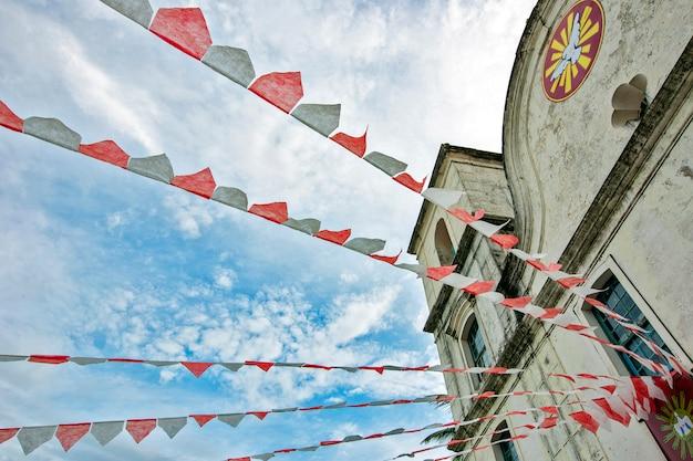 Chiesa barocca decorata con bandiere di festa junina Foto Premium