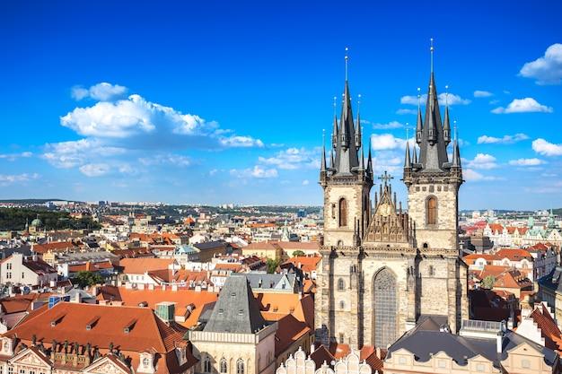 Chiesa classica nella vecchia piazza vicino a praga orologio astronomico di praga, repubblica ceca Foto Premium