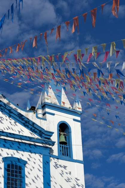 Chiesa coloniale adornata con bandiere colorate Foto Premium