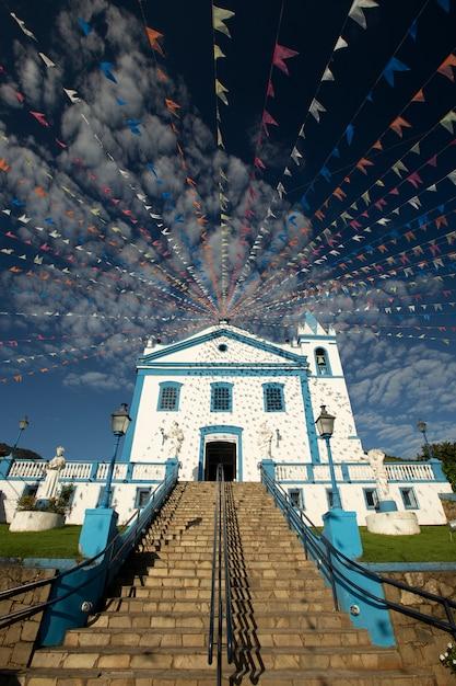 Chiesa storica adornata con bandiere colorate Foto Premium