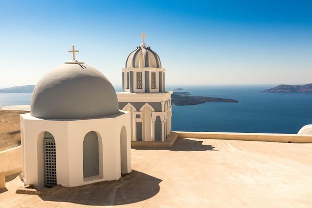 Chiesa tipica di santorini in grecia nelle cicladi Foto Premium