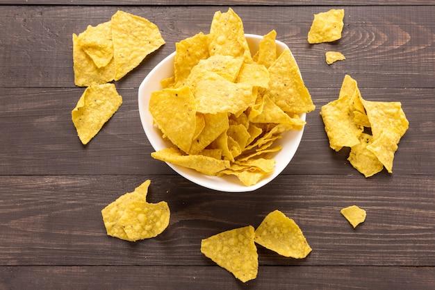 Chip dei nachos su fondo di legno. vista dall'alto Foto Premium