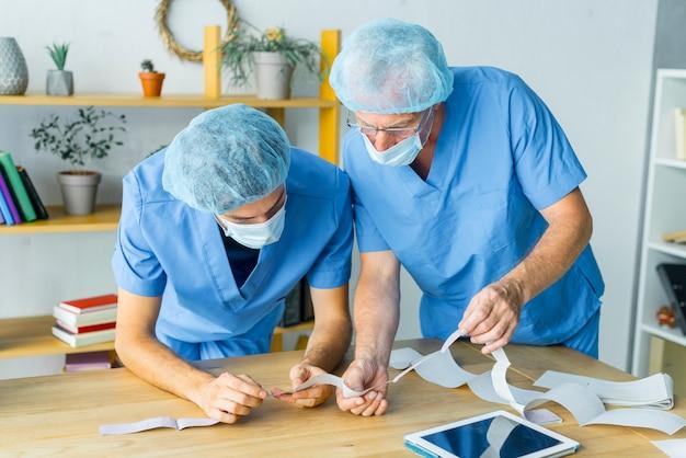 Chirurghi che leggono i risultati dei test Foto Gratuite