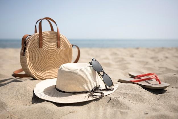 Chiuda in su accessori da spiaggia in riva al mare Foto Gratuite
