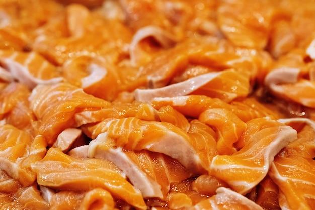Chiuda in su dei filetti di salmone grezzi freschi delle fette Foto Premium