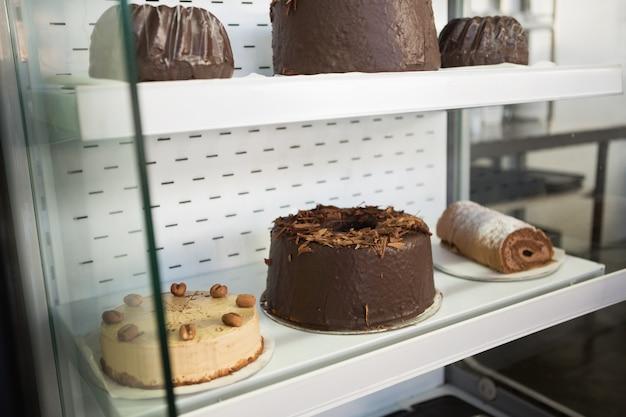 Chiuda in su del deserto come il rullo svizzero e la torta di caffè Foto Premium