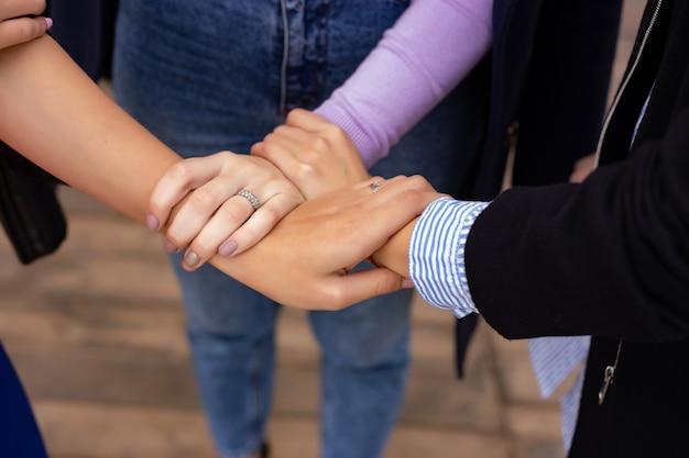Chiuda in su del gesto di mano alta cinque, simbolo della celebrazione o saluto comune. concetto di successo e lavoro di squadra Foto Premium