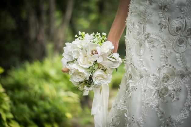 Chiuda in su del mazzo nuziale di cerimonia nuziale in mano della sposa. Foto Gratuite