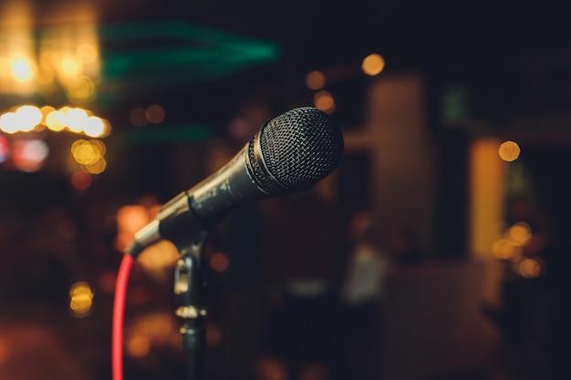Chiuda in su del microfono nella sala da concerto o nella sala per conferenze. Foto Premium