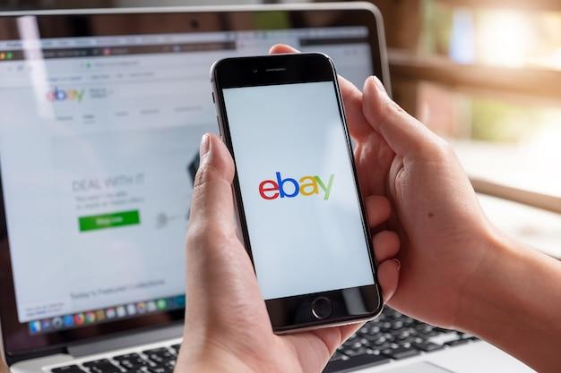 Chiuda in su dell'app ebay sullo schermo di uno smartphone. Foto Premium