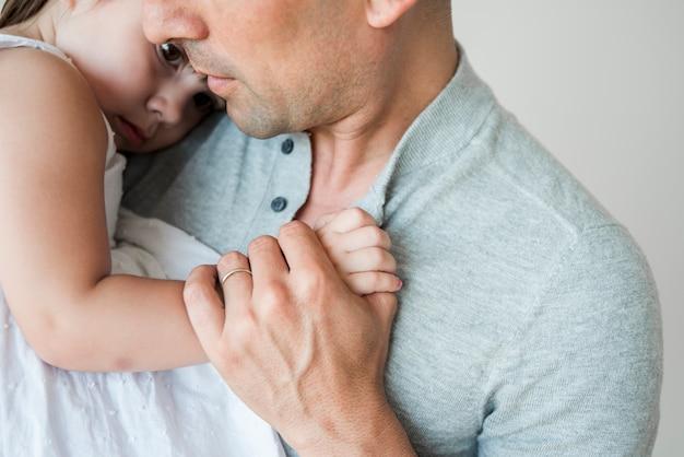 Chiuda in su dell'uomo con la figlia Foto Gratuite