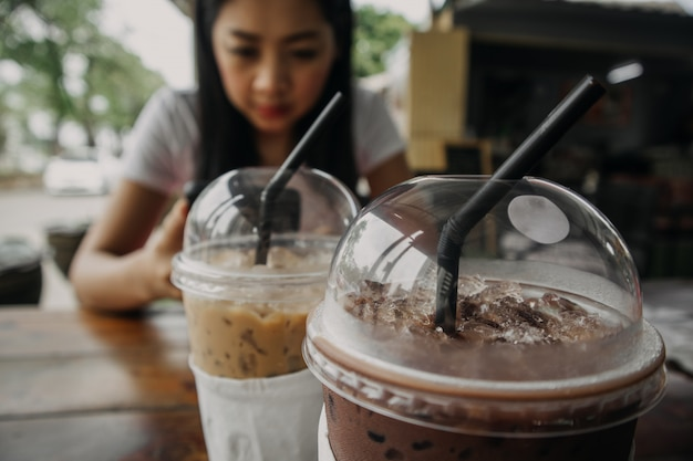 Chiuda in su della bevanda ghiacciata del cacao e del caffè in tazza di plastica. Foto Premium