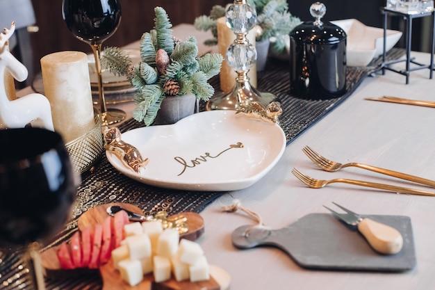 Chiuda in su della decorazione della tabella di nuovo anno a casa Foto Premium