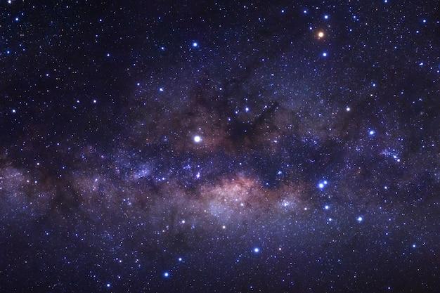 Chiuda in su della galassia della via lattea con le stelle e la polvere spaziale nell'universo Foto Premium
