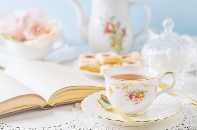 Chiuda in su della tazza di tè sulla tabella con il tono dell'annata Foto Premium