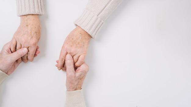 Chiuda in su delle mani della holding delle coppie maggiori Foto Gratuite