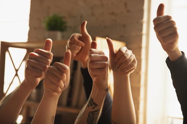 Chiuda in su delle mani maschii e femminili caucasiche che mostrano piacevole, pollici in su Foto Gratuite