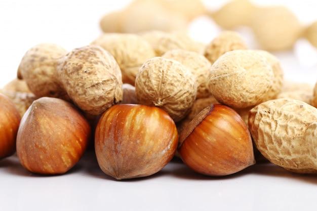 Chiuda in su delle nocciole e delle arachidi fresche Foto Gratuite
